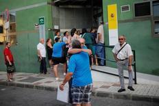 La tasa de paro se redujo en España al 20 por ciento en el segundo trimestre, por debajo del 21 por ciento de tres meses antes, y la más baja en casi 6 años, en un periodo habitualmente positivo para el mercado laboral. En la imagen  dos hombres se abrazan mientras esperan a entrar en una oficina de empleo en Málaga, España, el 4 de julio de 2016. REUTERS/Jon Nazca