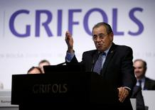 El fabricante de hemoderivados Grifols anunció el jueves que su beneficio neto subió un 1,1 por ciento a 264,4 millones de euros apoyándose en incremento de los ingresos, aunque las cifras se vieron lastradas por un mayor gasto en amortización y mayores impuestos. En la imagen, el presidente de Grifols, Víctor Grifols, durante la junta anual de accionistas en  Sant Cugat del Valles,  Barcelona, el 27 de mayo de 2016. REUTERS/Albert Gea