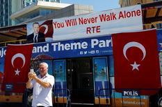 Туристический автобус, украшенный турецкими флагами и баннером с изображением президента Эрдогана , в Стамбуле. Количество иностранцев, посетивших Турцию, упало более чем на 40 процентов в июне, показали официальные данные в четверг, ознаменовав максимальное как минимум за 22 года снижение показателя, так как напряженность в отношениях с Россией и череда кровопролитных атак отпугнули туристов.  REUTERS/Murad Sezer