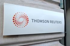 El logo de Thomson Reuters fotografiado en la entrada de su sede en París, Francia. 7 de marzo de 2016. Thomson Reuters reportó el jueves ingresos trimestrales estables excluyendo los efectos cambiarios y ratificó sus perspectivas para las ventas en todo el año, pese a la incertidumbre entre los clientes de servicios financieros por el clima económico global. REUTERS/Charles Platiau/File Photo