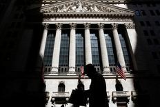 Wall Street a ouvert en léger repli jeudi au lendemain de la décision de la Réserve fédérale américaine de maintenir inchangé ses taux directeurs, tout en restant accommodante malgré un diagnostic plutôt confiant sur l'économie américaine. /Photo prise le 11 juillet 2016/REUTERS/Brendan McDermid
