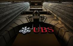 UBS, première banque suisse et leader mondial de la gestion de fortune, annonce une baisse de 14,5% de son bénéfice net au deuxième trimestre en raison d'une contraction des résultats des pôles gestion de fortune et banque d'investissement. /Photo d'archives/ REUTERS/Michael Buholzer