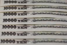 Банкноты в 10.000 иен. Безопасная иена подскочила к доллару в пятницу после того, как скромное смягчение монетарной политики Банком Японии разочаровало инвесторов, которые надеялись на более радикальные меры стимулирования.  REUTERS/Shohei Miyano/File Photo
