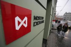 Офис Московской фондовой биржи в Москве. Российский валютный индекс фондового рынка РТС в пятницу остается под давлением подешевевшей до трехмесячных минимумов нефти и падения национальной валюты, рублевый индекс ММВБ также снижается в последние дни, но гораздо скромнее, что участники торгов объясняют отсутствием крупных продаж. REUTERS/Maxim Shemetov (RUSSIA - Tags: BUSINESS)