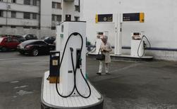 """Una gasolinera de """"Statoil"""" en Casablanca, Marruecos, feb 3, 2016. La petrolera noruega Statoil acordó el viernes la compra de la participación que tiene la brasileña Petrobras en una licencia de exploración mar adentro por 2.500 millones de dólares, en un acuerdo inusual en una industria que lidia con los bajos precios.  REUTERS/Youssef Boudlal"""