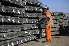 Un trabajador revisa unas barras de cobre en una siderúrgica en Concepción, Chile, dic 5, 2014. La producción manufacturera en Chile cayó un 2,4 por ciento interanual en junio, arrastrada por los sectores alimentos y bebidas, lo que sumado a un negativo desempeño de la minería, habría golpeado con fuerza la actividad económica del sexto mes del año.   REUTERS/Jose Luis Saavedra