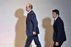 Владимир Путин и Маттео Ренци перед началом совместной пресс-конференции в Милане. 10 июня 2015 года. Владимир Путин едет в субботу в Словению, развивая усилия положить конец санкциям ЕС и воодушевленный признаками того, что его тактика увещевания более податливых южных и восточных членов блока начинает приносить плоды. REUTERS/Flavio Lo Scalzo