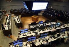 Operadores trabajando en la Bolsa de Valores de Sao Paulo, mayo 24, 2016. El principal índice bursátil de Brasil subió el viernes más de un 1 por ciento y alcanzó su mayor nivel en tres meses, impulsado por un alza de las acciones de Petrobras después de que la compañía controlada por el Estado anunció la venta de una participación en el área subsal por 2.500 millones de dólares.  REUTERS/Paulo Whitaker