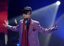 "Cantor Prince durante performance no ""American Idol"" em Hollywood. 24/5/2006. REUTERS/Chris Pizzello"
