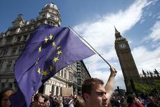 La actividad manufacturera británica se contrajo a su ritmo más rápido en más de tres años en el mes de julio en una nueva señal de que la votación del país para abandonar la Unión Europea está perjudicando al crecimiento. En la imagen, un joven lleva una bandera de la UE durante una manifestación proeuropea, en el centro de Londres el 2 de julio de 2016.   REUTERS/Neil Hall