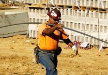 Un obrero en un edificio en construcción en Solana Beach, EEUU., ene 6, 2012. La actividad manufacturera de Estados Unidos se desaceleró en julio ante una fuerte caída en los pedidos, mientras que un descenso en el gasto en construcción en junio sugirió una revisión a la baja en la estimación sobre el crecimiento económico del segundo trimestre publicada la semana pasada.     REUTERS/Mike Blake
