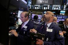 Operadores trabajando en la Bolsa de Nueva York, Estados Unidos. 28 de julio de 2016. Las acciones subían levemente el lunes en la apertura de la bolsa de Nueva York, en el primer día de operaciones de agosto, en momentos en que los inversores asimilaban los últimos datos económicos y las menores posibilidades de un alza en las tasas de las interés en Estados Unidos en el corto plazo. REUTERS/Brendan McDermid