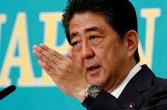 Синдзо Абэ выступает на дебатах в Токио. Кабинет премьер-министра Японии Синдзо Абэ во вторник одобрил финансовые меры на сумму 13,5 триллиона иен ($132,04 миллиарда), которые включают выплату наличных низкооплачиваемому персоналу и расходы на инфраструктуру, стремясь оживить вялую экономику. REUTERS/Thomas Peter/File Photo