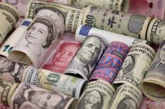 Банкноты разных стран. Доллар удерживался вблизи минимумов 6 недель к корзине основных валют в среду из-за ожиданий того, что Федеральная резервная система не будет торопиться с повышением ставок. REUTERS/Jason Lee/Illustration/File Photo