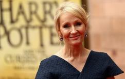 """La escritora J.K. Rowling posa para fotografías en una gala para la obra """"Harry Potter and the Cursed Child"""", en Londres. 30 de julio de 2016. La segunda película de la saga derivada del mundo mágico de Harry Potter """"Animales Fantásticos"""" será estrenada en noviembre de 2018, dijo el miércoles el estudio Warner Bros, que prometió """"mucho más en el horizonte"""" de la franquicia del joven mago. REUTERS/Neil Hall/File Photo"""