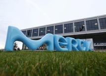 Merck a annoncé jeudi un relèvement de ses prévisions annuelles, le groupe chimique et pharmaceutique allemand ayant vu ses résultats du deuxième trimestre être dopés par de bonnes performances de son activité fournitures pour laboratoires. /Photo d'archives/REUTERS/Ralph Orlowski