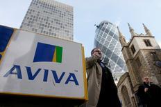 Las bolsas europeas subían el jueves debido a que un alza de los principales valores financieros e industriales como Aviva o Siemens impulsaban el mercado de renta variable. En la imagen de archivo, peatones caminan ante la sede principal de Aviva en Londres, el 5 de marzo de 2009. REUTERS/Stephen Hird
