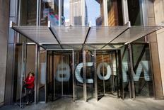 Viacom ait partie des valeurs à suivre jeudi à Wall Street. L'action prenait 1,1% en avant-Bourse après l'annonce de résultats trimestriels supérieurs aux attentes grâce aux bonnes performances de la division cinéma. Le chiffre d'affaires du groupe de médias au troisième trimestre de son exercice a progressé de 1,6% alors que les analystes attendaient un recul d'une ampleur comparable. /Photo d'archives/REUTERS/Lucas Jackson