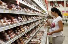 Покупатели в магазине Ашан в Москве. 18 августа 2014 года. Индекс потребительских цен в России в июле 2016 года вырос на 7,2 процента к аналогичному периоду предыдущего года и на 0,5 процента к предыдущему месяцу, сообщил Росстат. REUTERS/Maxim Zmeyev