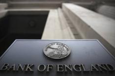 """Un cartel en un edificio del Banco de Inglaterra en Londres, el 4 de agosto de 2016. El Banco de Inglaterra recortó sus tasas de interés el jueves por primera vez desde el 2009, reactivó su programa de compras de bonos y dijo que tomaría """"todas las acciones que sean necesarias"""" para lograr la estabilidad de la economía británica tras la decisión del país de abandonar la Unión Europea. REUTERS/Neil Hall"""