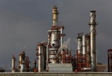 НПЗ компании Pemex в Мексике. Цены на нефть стали снижаться после подъёма утром четверга и в среду, поскольку чрезмерная добыча и огромные объёмы нереализованной нефти и нефтепродуктов оказывют давление на рынки.  REUTERS/Daniel Becerril