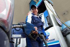Una trabajadora en una gasolinera de Petroecuador en Quito, jun 1, 2016. La estatal ecuatoriana Petroamazonas dijo el jueves que asumió la operación de un yacimiento que operaba conjuntamente con la petrolera venezolana PDVSA, con lo que su producción alcanza el 80 por ciento del nivel global del país.  REUTERS/Guillermo Granja