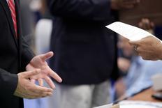 Una persona en busca de trabajo habla con un reclutador corporativo en una feria de empleos en Washington. 11 de junio de 2013. El número de estadounidenses que presentaron nuevas solicitudes de subsidios por desempleo subió inesperadamente la semana pasada, mientras que nuevos recortes laborales en el sector energético elevó la cantidad de despidos anunciados por los empleadores de Estados Unidos en julio. REUTERS/Jonathan Ernst/File Photo