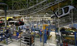 Los pedidos industriales de Alemania registraron una inesperada caída en el mes de junio por una menor demanda externa de bienes, según datos divulgados el viernes que sugieren que la debilidad mundial pasó factura a la mayor economía europea a finales del segundo trimestre. En la imagen, un empleado de una fábrica alemana de vehículos Mercedes Benz en Rastatt, Alemania, 22 de enero de 2016.  REUTERS/Kai Pfaffenbach