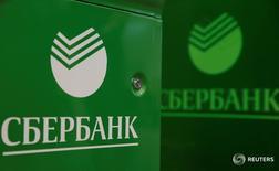 Логотипы Сбербанка на банкоматах в Москве 10 июня 2016 года. Крупнейший госбанк РФ Сбербанк получил за семь месяцев 2016 года чистую прибыль, рассчитанную по российским стандартам бухгалтерского учета, в размере 275 миллиардов рублей, что в 3 раза превышает результат аналогичного периода прошлого года, сообщил банк в пятницу. REUTERS/Maxim Shemetov
