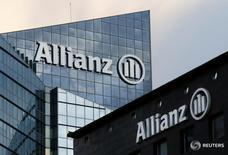 La aseguradora alemana Allianz caía el viernes en bolsa cerca de un 4 por ciento tras anunciar unos beneficios que se vieron golpeados por la mayor siniestralidad,  una minusvalía en la venta de su negocio surcoreano y la floja evolución de sus inversiones en el segundo trimestre. En la foto, el logo d ela aseguradora en la torre de Allianz en el distrito financiero de Courbevoie cerca de Paris el 2 de marzo de 2016.  REUTERS/Jacky Naegelen