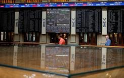 El Ibex-35 cerró firme el viernes por segunda jornada consecutiva gracias al repunte de la banca tras las fuertes pérdidas sufridas a principios de la semana. En la imagen de archivo, el interior de la Bolsa de Madrid.  REUTERS/Andrea Comas