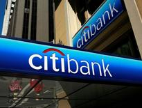 People walk beneath a Citibank branch logo in the financial district of San Francisco, California July 17, 2009. REUTERS/Robert Galbraith/File Photo