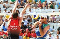 Canadense Josh Binstock e brasileiro Alison em partida em Copacabana  06/08/2016 REUTERS/Ruben Sprich