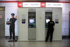 Las reservas de divisas de China se redujeron a 3,20 billones de dólares en julio, según datos del banco central divulgados el domingo, en línea con las expectativas de los analistas. En la imagen, una guardia de seguridad en un cajero en la estación de metro de Hangzhou, en la provincia de Zhejiang, el tres de agosto. REUTERS/Aly Song -