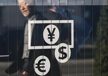 Вывеска пункта обмена валюты в Токио. 27 ноября 2014 года. Доллар укрепился к иене в понедельник, расширив преимущество после выхода оптимистичных данных американского рынка труда, укрепивших ожидания более быстрого экономического роста и увеличивших вероятность повышения ставки ФРС США в 2016 году. REUTERS/Issei Kato