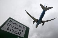 Les réservations aériennes vers la Grande-Bretagne ont augmenté dans les semaines qui ont suivi le vote en faveur de la sortie du pays de l'Union européenne, les étrangers cherchant visiblement à profiter de la dépréciation de la livre sterling. /Photo d'archives/REUTERS/Neil Hall