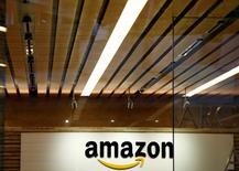 Amazon, à suivre lundi à la Bourse de New York. Des locaux de la filiale japonaise du groupe de commerce en ligne ont été perquisitionnés par les autorités nippones de la concurrence dans le cadre d'une enquête sur des soupçons de pressions du groupe sur des fournisseurs pour obtenir des prix inférieurs à ceux facturés à d'autres distributeurs. /Photo prise le 8 août 2016/REUTERS/Kim Kyung-Hoon