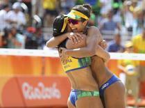 Dupla brasileira atual campeã mundial Ágatha e Bárbara comemorando vitória na Rio 2016.   08/08/2016       REUTERS/Kai Pfaffenbach
