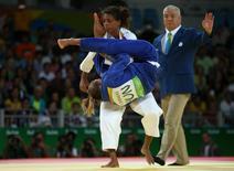 Rafaela Silva (de branco) na luta contra húngara Hedvig Karakas. 08/08/2016 REUTERS/Toru Hanai