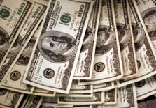 Notas de dólar são vistas em banco no Colorado, EUA  03/11/2009 REUTERS/Rick Wilking/File Photo