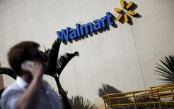Homem fala ao celular em frente à loja do Wal-Mart  em São Paulo, Brasil 16/02/2016 REUTERS/Nacho Doce