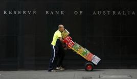 El jefe del banco central de Australia dijo el miércoles que existen límites a lo que el estímulo monetario puede lograr, incluyendo impulsar el crecimiento económico a la carta o acelerar la inflación en un plazo corto. En la imagen de archivo, un trabajador pasa junto al edificio del banco central en octubre de 2009.  REUTERS/Daniel Munoz/