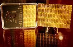 Золото в банке Sparkasse в Дюссельдорфе 27 апреля 2016 года. Золото дорожает в среду, так как слабые данные из США вызвали падение курса доллара, а стоимость палладия выросла более чем на 7 процентов после того, как пробила ключевые уровни сопротивления. REUTERS/Wolfgang Rattay