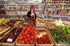 Сотрудница магазина Крымское подворье в Химках 25 января 2015 года. Потребительские цены в России со 2 по 8 августа 2016 года снизились на 0,1 процента, вторую неделю подряд, сообщил Росстат. /Maxim Zmeyev