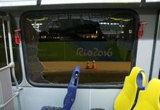 Janela quebrada em ônibus da Rio 2016 que saía do complexo de Deodoro para a Barra da Tijuca.    09/08/2016       REUTERS/Shannon Stapleton