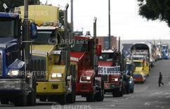 La foto de archivo muestra una protesta de camioneros en Bogotá, la capital de Colombia. Las ventas de los comerciantes minoristas en Colombia tuvieron un mal desempeño en julio impactadas por la extensa huelga de camioneros que se desarrolló durante el mes, aunque las expectativas futuras han mejorado, reveló el miércoles una encuesta del principal gremio del sector. REUTERS/John Vizcaino