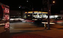 Una gasolinera de Arco en Los Angeles, EEUU, ene 22, 2016. El petróleo caía más de 1 por ciento el miércoles, luego de que el segundo mayor descenso semanal en los inventarios de gasolina en Estados Unidos este verano boreal fue contrarrestado por un inesperado aumento en las reservas de crudo en ese país.   REUTERS/Mario Anzuoni