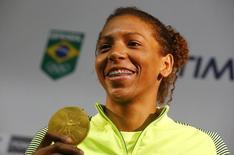 Rafaela Silva exibe medalha de ouro. 09/08/2016  REUTERS/Nacho Doce