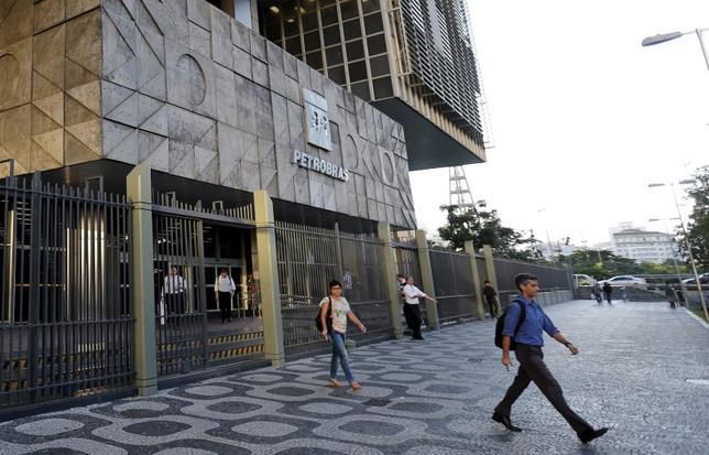 People leave the headquarters building of Petroleo Brasileiro S.A. (PETROBRAS) in Rio de Janeiro, Brazil, March 21, 2016.  REUTERS/Sergio Moraes