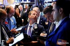 Трейдеры на торгах Нью-Йоркской фондовой биржи 9 августа 2016 года. Фондовые индексы США отступили от рекордных максимумов по итогам торгов среды, поскольку снижение цен на нефть оказало давление на акции энергетических компаний, в то время как бумаги Walt Disney подорожали вслед за выходом квартального отчета и заявлением компании о планах приобретения активов. REUTERS/Lucas Jackson